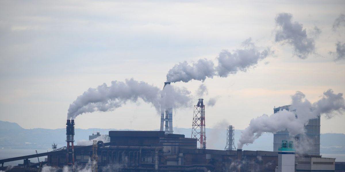 Industrieschornsteine stoßen Rauch aus